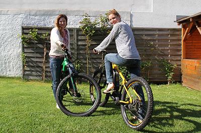 Zwei junge Frauen auf Mike's Ghost E-Bikes